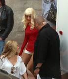 Christina Aguilera How tall is the guy behind her in the third pic? 8'3'? Photo 383 (Кристина Агилера Каким является высокий парень за ней в третьем ПИК?  Фото 383)